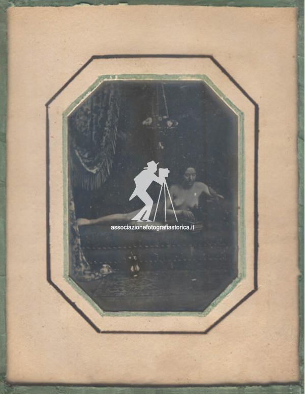Associazione per la fotografia storica soggetto - Nuda sul divano ...